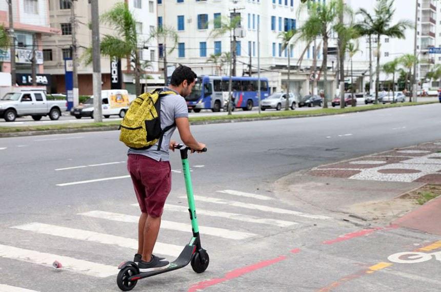 Jovem usa patinete elétrico para locomoção em Santos - SP. 15 de março de 2019