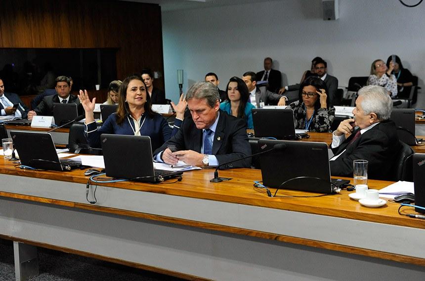 Comissão de Serviços de Infraestrutura (CI) realiza reunião com 4 itens. Entre eles, o PLS 466/2011, que prioriza o atendimento às pessoas com deficiência no embarque de transportes coletivos.  Bancada: senador Dário Berger (MDB-SC);  senador Elmano Férrer (Pode-PI);  senadora Kátia Abreu (PDT-TO).  Foto: Jane de Araújo/Agência Senado