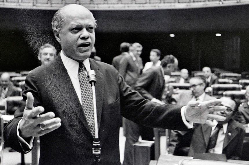 Congresso Nacional, em 15 de junho de 1977, os políticos estavam tão divididos quanto a população. Os congressistas das capitais, onde ocorriam os maiores índices de desquites e separações, votaram por seus eleitores pró-divórcio. A emenda foi aprovada por 219 votos a favor e 161 contra na Câmara dos Deputados e 32 votos favoráveis contra 24 no Senado. Pelo regimento da época houve uma segunda votação, em 23 de junho, na Câmara dos Deputados e o resultado de 226 votos a favor e 159 contra assegurou a vitória do projeto de regulamentação do divórcio no Brasil.  Em pronunciamento, senador Nelson Carneiro (MDB-RJ), autor do projeto de emenda constitucional , que introduz o divórcio no Brasil.
