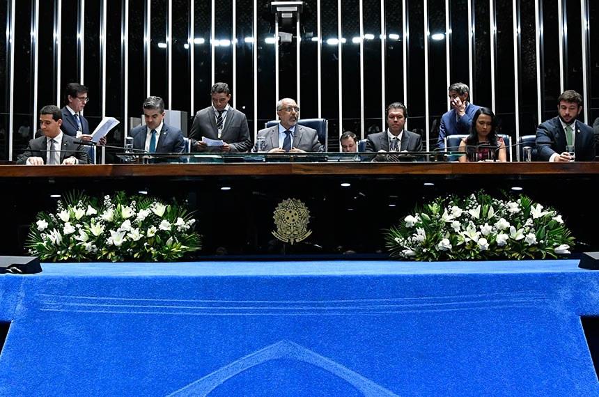 Senador Paulo Paim (centro) presidiu a sessão em homenagem aos defensores públicos, que reclamaram da falta de investimentos para ampliação do serviço de assistência judicial aos mais pobres