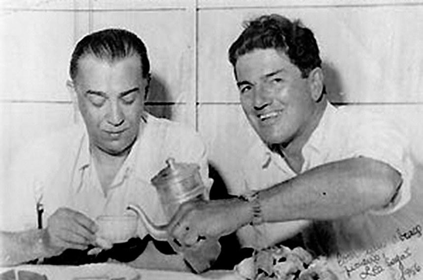 Berbardo Sayão (dir) ao lado de Jucelino Kubichek (esq)  Bernardo Sayão Bernardo Sayão, um dos diretores da Novacap, nasceu em 18 de junho de 1901, na cidade do Rio de Janeiro. Em 1923, formou-se pela Escola Superior de Agronomia e Medicina Veterinária de Belo Horizonte.   No ano de 1941, foi escolhido por Getúlio Vargas para dirigir a implantação de uma Colônia Agrícola no interior de Goiás. Essa seria a primeira de uma série de colônias que o então presidente pretendia implantar no oeste do país. Em 1944, Sayão concluiu a estrada que ligava a Colônia Agrícola, hoje município de Céres, à cidade de Anápolis (GO).