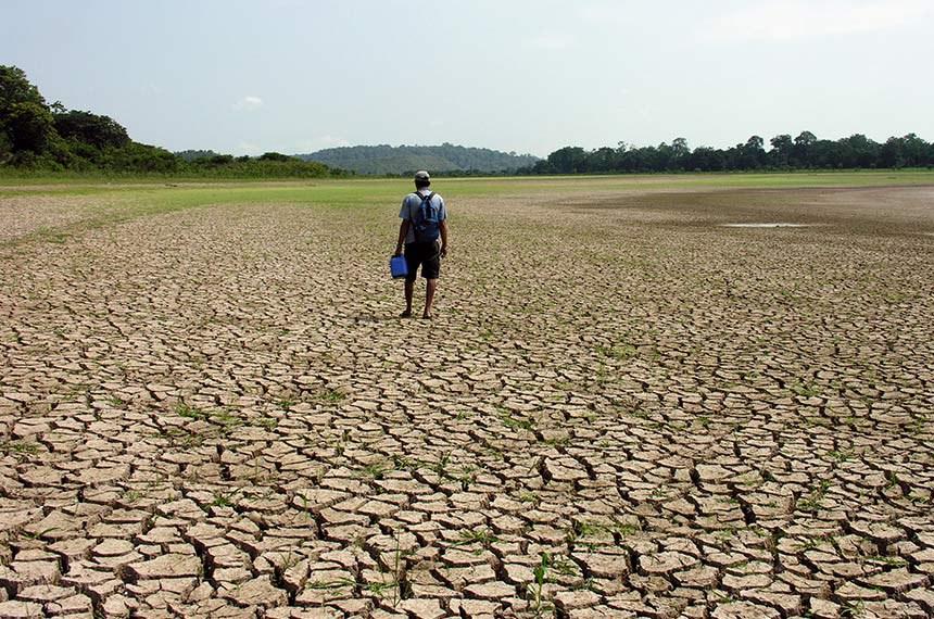 Registro da seca na Amazônia em 2005, Silves, AM.  © Ana Cintia GAZZELLI/WWF-Brasil