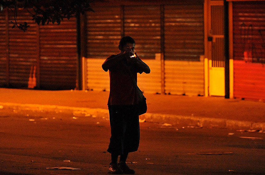 Após uma semana de observação no Setor Comercial Sul, o fotógrafo Marcello Casal flagra usuário de drogas, de pé, durante consumo de crack nas ruas escuras da Capital Federal.