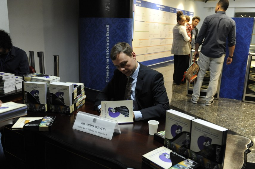Jornalista Ricardo Westin, autor da maior parte das reportagens, autografa 4º volume da série