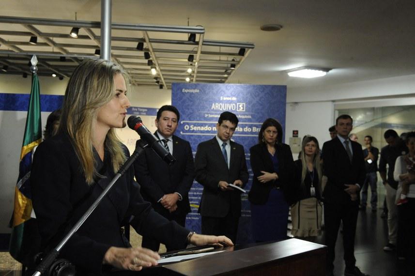 Diretora da Secom, Angela Brandão fala no evento ao lado do suplente de senador Alberto David, senador Randolfe Rodrigues, Ilana Trombka, Daliane Souza e Ricardo Westin