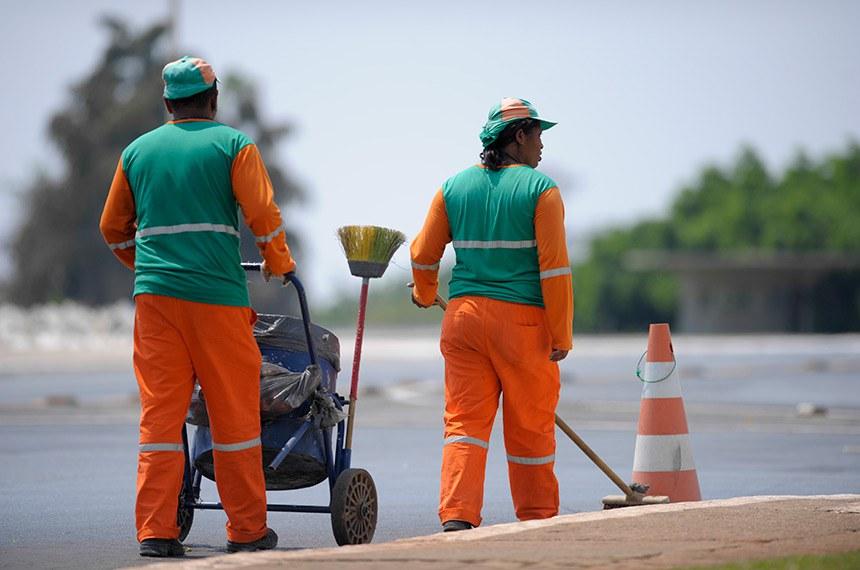Garis fazem limpeza de Brasília