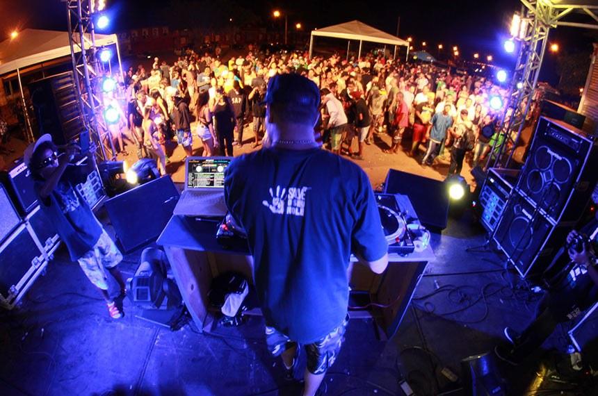 Dj Brother discotecando em Brasília.