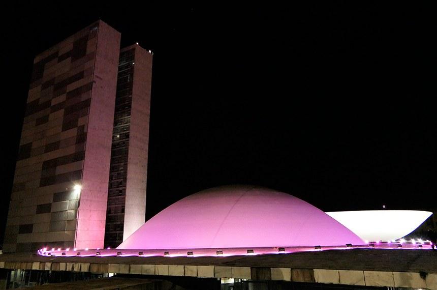 Congresso Nacional recebe iliminação com a cor rosa para lembrar o mês de conscientização com respeito à linfangioleiomiomatose (LAM), doença rara que ataca os pulmões e que, muitas vezes, é confundida com enfisema, asma ou bronquite. A solicitação foi feita pela Associação dos Portadores de Linfangioleiomiomatose do Brasil (Alambra).  A LAM tem como característica a presença de células musculares atípicas nos pulmões e, atualmente, é considerada uma neoplasia de baixo grau. A evolução da doença é variável. Em alguns pacientes pode permanecer estável, mas, em outros, pode haver a piora progressiva dos sintomas e das funções dos pulmões.  Foto: