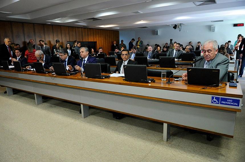 Comissão de Assuntos Econômicos (CAE) realiza reunião deliberativa com 10 itens. Entre eles, o PL 1273/2019, que torna institutos federais referência tecnológica para micro e pequenas empresas.   Bancada:  senador Veneziano Vital do Rêgo (PSB-PB);  senador Oriovisto Guimarães (Pode-PR);  senador Alessandro Vieira (PPS-SE);  senador Izalci (PSDB-DF);  senador Mecias de Jesus (PRB-RR);  senador Otto Alencar (PSD-BA) - em pronunciamento.  Foto: Jane de Araújo/Agência Senado