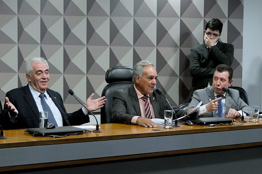 Comissão Mista da Medida Provisória (CMMPV) n° 879 de 2019, que autoriza ressarcimento à Eletrobrás por gastos com combustíveis, realiza reunião para instalação e eleição de presidente e vice.   Resultado: instalada a comissão, é eleito presidente o deputado Edio Lopes (PL-RR) e designados relator e relator-revisor, respectivamente, o senador Otto Alencar (PSD-BA) e o deputado José Nelto (Podemos-GO).   Mesa (E/D):  relator da CMMPV 879/2019, senador Otto Alencar (PSD-BA);  presidente da CMMPV 879/2019, deputado Edio Lopes (PL-RR);  relator-revisor da CMMPV 879/2019, deputado José Nelto (Podemos-GO).  Foto: Roque de Sá/Agência Senado