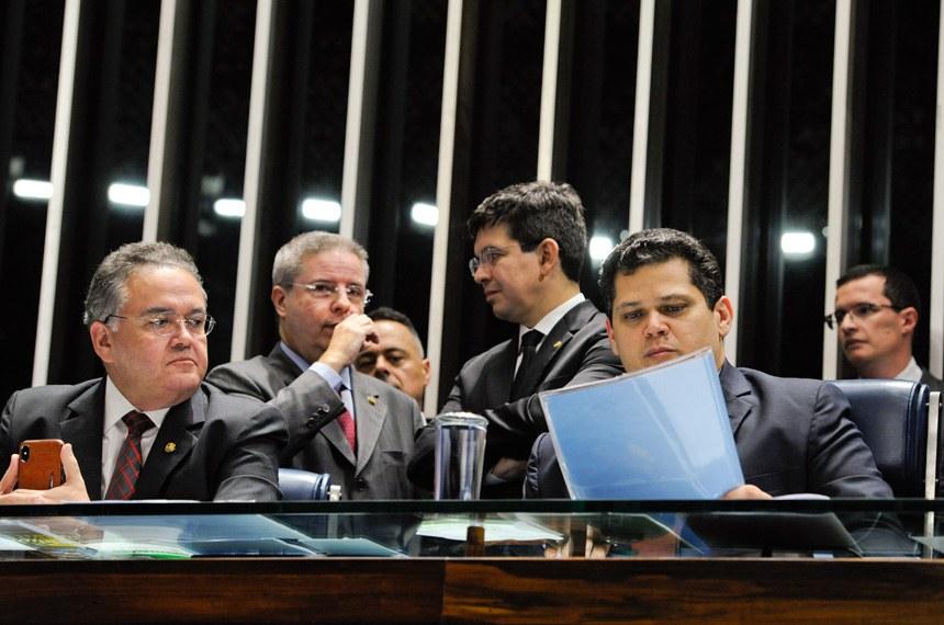 Davi preside sessão ao lado de Roberto Rocha (E), Anastasia, relator da PEC, e Randolfe