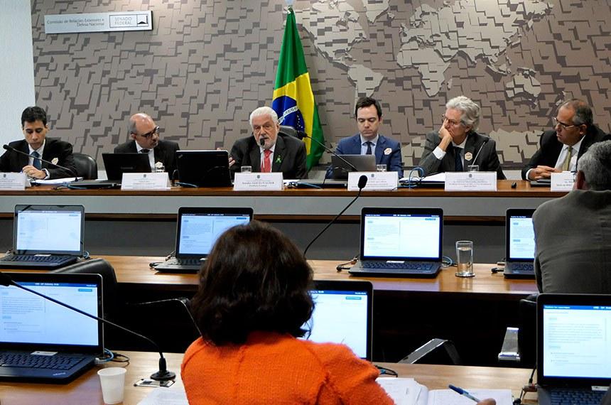 Comissão de Relações Exteriores e Defesa Nacional (CRE) realiza audiência pública para tratar sobre as consequências diplomáticas, econômicas e geopolíticas da renúncia do Brasil ao tratamento especial concedido a países em desenvolvimento na Organização Mundial do Comércio (OMC).  Mesa: coordenador-geral de Competitividade do Departamento de Comércio e Negociações Comerciais da Secretaria de Comércio e Relações Internacionais do Ministério da Agricultura, Pecuária e Abastecimento (SCRI-Mapa), Carlos Halfeld; secretário de Política Externa, Comercial e Econômica da Ministério das Relações Exteriores, embaixador Norberto Moretti; presidente eventual da CRE, senador Jaques Wagner (PT-BA); subsecretário de Estratégia Comercial da Secretaria-Executiva da Câmara de Comércio Exterior, Fernando Alcaraz; ex-diretor-executivo do FMI e Ex-vice- presidente do Banco dos Brics, Paulo Nogueira Batista; sócio na BMJ – Consultores Associados, Welber Barral.  Foto: Marcos Oliveira/Agência Senado