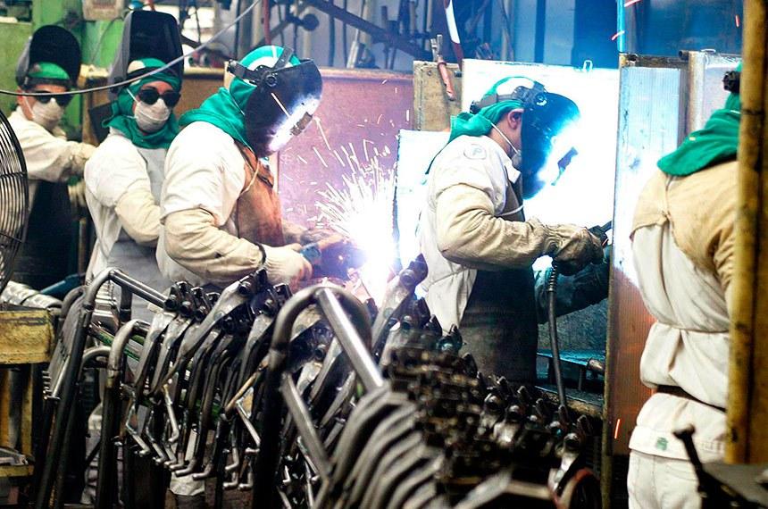 A produção industrial recuou em outubro em dez dos 14 locais pesquisados pelo IBGE.