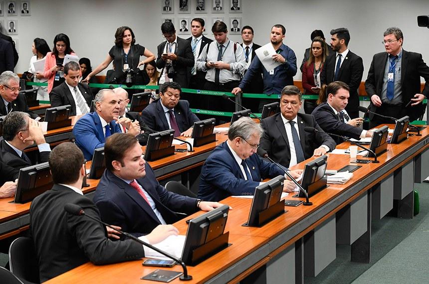 Comissão Mista de Planos, Orçamentos Públicos e Fiscalização (CMO) realiza reunião deliberativa com 02 itens. Na pauta, o PLN 4/2019, que abre crédito suplementar de 248,9 bi para reforço de dotações constantes da Lei Orçamentária vigente.   Participam:  deputado Nelson Pellegrino (PT-BA) - em pronunciamento;  deputado Cacá Leão (PP-BA);  deputado Beto Faro (PT-PA);  senador Izalci (PSDB-DF);  senador Carlos Viana (PSD-MG);  senador Flávio Bolsonaro (PSL-RJ);  senador Angelo Coronel (PSD-BA).  Foto: Marcos Oliveira/Agência Senado