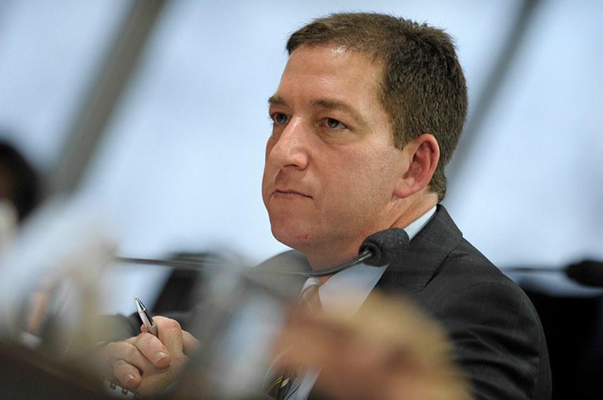 Jornalista Glenn Greenwald à mesa na sala de comissões do Senado Federal durante audiência pública na Comissão de Relações Exteriores e Defesa Nacional (CRE).   Audiência pública da Comissão de Relações Exteriores e Defesa Nacional (CRE) convocada para ouvir o colunista Glenn Greenwald, do jornal britânico The Guardian. O jornalista foi responsável por revelar ao mundo os programas secretos americanos de interceptação de dados, vazados pelo ex-técnico da agência de segurança americana (NSA) Edward Snowden.