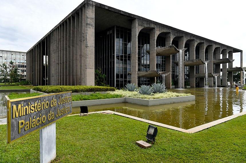 BIE - Fachada do Ministério da Justiça  Palácio da Justiça de Brasília foi desenhado pelo arquiteto Oscar Niemeyer. Além do espelho d'água, cascatas artificiais correm por calhas de concreto e são a atração da fachada principal.  Foto: Geraldo Magela/Agência Senado