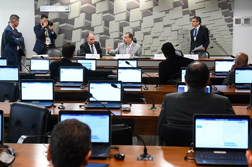 O senador Fernando Bezerra Coelho e o presidente da CAE, Omar Aziz conversam durante a reunião da CAE nesta terça