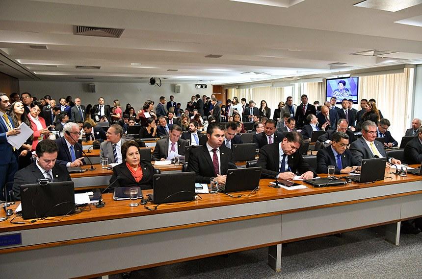 Comissão de Constituição, Justiça e Cidadania (CCJ) realiza sabatina de 3 indicados para o Conselho Nacional de Justiça (CNJ).   Bancada: senador Veneziano Vital do Rêgo (PSB-PB);  senadora Renilde Bulhões (Pros-AL); senador Marcos Rogério (DEM-RO);  senador Cid Gomes (PDT-CE); senador Mecias de Jesus (PRB-RR); senador Angelo Coronel (PSD-BA);  senador Otto Alencar (PSD-BA);  senador Renan Calheiros (MDB-AL);  senador Vanderlan Cardoso (PP-GO); senador Rodrigo Pacheco (DEM-MG); senador Weverton (PDT-MA); senador Fernando Bezerra Coelho (MDB-PE); senador Alessandro Vieira (PPS-SE).  Foto: Geraldo Magela/Agência Senado