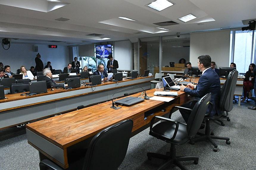 Comissão de Serviços de Infraestrutura (CI) realiza reunião deliberativa extraordinária.   À mesa, presidente da CI, senador Marcos Rogério (DEM-RO).   Bancada:  senador Elmano Férrer (Pode-PI);  senador Jayme Campos (DEM-MT) - em pronunciamento.  Foto: Roque de Sá/Agência Senado