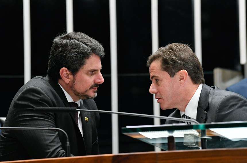 No dia da votação do PDL em Plenário, os senadores Marcos do Val (E), que emitiu o relatório original sobre o projeto na CCJ; e Veneziano Vital do Rêgo (D), autor do voto em separado adotado como parecer da CCJ