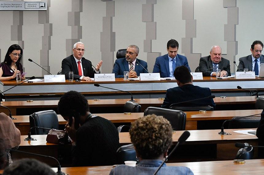 Paulo Paim (3º à esq.) comanda debate com Eidy Cabeza, Nicola Piraino (do Mati), Rogério Silva, Luiz Antonio Colussi e Cristiano Paixão