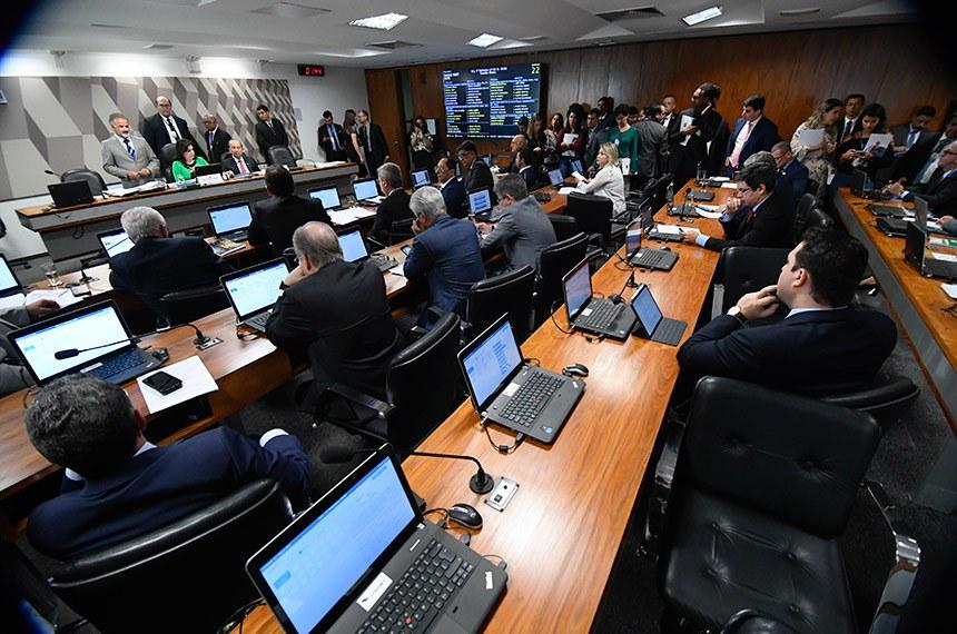 Comissão de Constituição, Justiça e Cidadania (CCJ) realiza reunião deliberativa com 11 itens na pauta. Entre eles, o PLS 128/2018, que cria o inquérito policial eletrônico.  Mesa: presidente da CCJ, senadora Simone Tebet (MDB-MS); vice-presidente da CCJ, senador Jorginho Mello (PR-SC).  Bancada: senador Lasier Martins (Pode-RS);  senador Marcos Rogério (DEM-RO); senador Carlos Viana (PSD-MG); senador Jorge Kajuru (PSB-GO); senador Antonio Anastasia (PSDB-MG); senador Rodrigo Pacheco (DEM-MG);  senador Otto Alencar (PSD-BA); senador Oriovisto Guimarães (Pode-PR); senadora Selma Arruda (PSL-MT); senadora Eliziane Gama (PPS-MA);  senador Alessandro Vieira (PPS-SE);  senador Humberto Costa (PT-PE);    senador Tasso Jereissati (PSDB-CE);  senador Mecias de Jesus (PRB-RR);  senador Fabiano Contarato (Rede-ES);   senadora Leila Barros (PSB-DF); senador Angelo Coronel (PSD-BA); senador Randolfe Rodrigues (Rede-AP).  Foto: Marcos Oliveira/Agência Senado