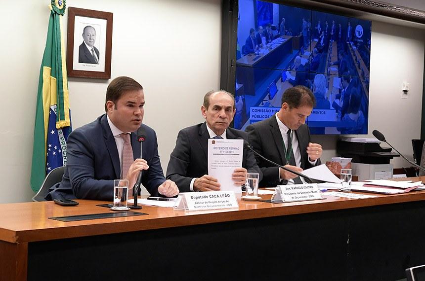 Comissão Mista de Planos, Orçamentos Públicos e Fiscalização (CMO) realiza reunião ordinária. Na pauta, apreciação do relatório preliminar ao PLN 5/2019, que trata da LDO de 2020.  Mesa: relator do Projeto de Lei de Diretrizes Orçamentárias (LDO), deputado Cacá Leão (PP-BA); presidente da CMO, senador Marcelo Castro (MDB-PI); secretário da CMO.  Foto: Waldemir Barreto/Agência Senado