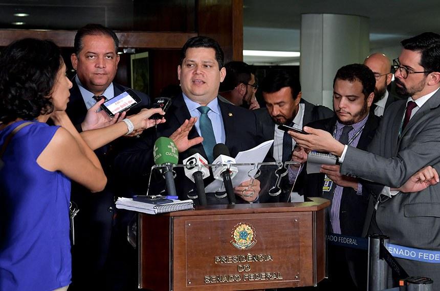 Presidente do Senado Federal, senador Davi Alcolumbre (DEM-AP), concede entrevista.   Participa:  senador Eduardo Gomes (MDB-TO).  Foto: Marcos Brandão/Senado Federal
