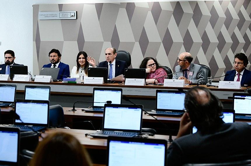 O relator, senador Marcelo Castro (ao centro), deverá apresentar um substitutivo que, depois de pronto, será apresentado para todas as partes para consulta e negociação do que está em conflito