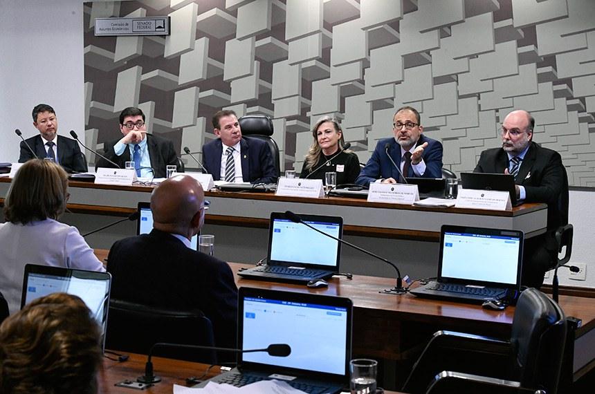 Comissão de Assuntos Econômicos (CAE) realiza audiência pública interativa para tratar sobre a dívida pública e seus desdobramentos na economia brasileira. Entre os convidados estão representantes do Tribunal de Contas da União (TCU) e da Secretaria do Tesouro Nacional.  Mesa: diretor de Fiscalização da Dívida Pública, da Política Econômica e da Contabilidade Federal da Secretaria de Macroavaliação Governamental do Tribunal de Contas União (TCU), Alessandro Aurélio Caldeira; diretor-executivo da Instituição Fiscal Independente do Senado (IFI), Felipe Scudeler Salto; presidente eventual da CAE, senador Vanderlan Cardoso (PP-GO); coordenadora nacional da Auditoria Cidadã da Dívida, Maria Lúcia Fattorelli; subsecretário da Dívida Pública da Secretaria do Tesouro Nacional, José Franco Medeiros de Morais; chefe do Departamento de Estatísticas do Banco Central do Brasil, Fernando Alberto Sampaio Rocha.  Foto: Edilson Rodrigues/Agência Senado