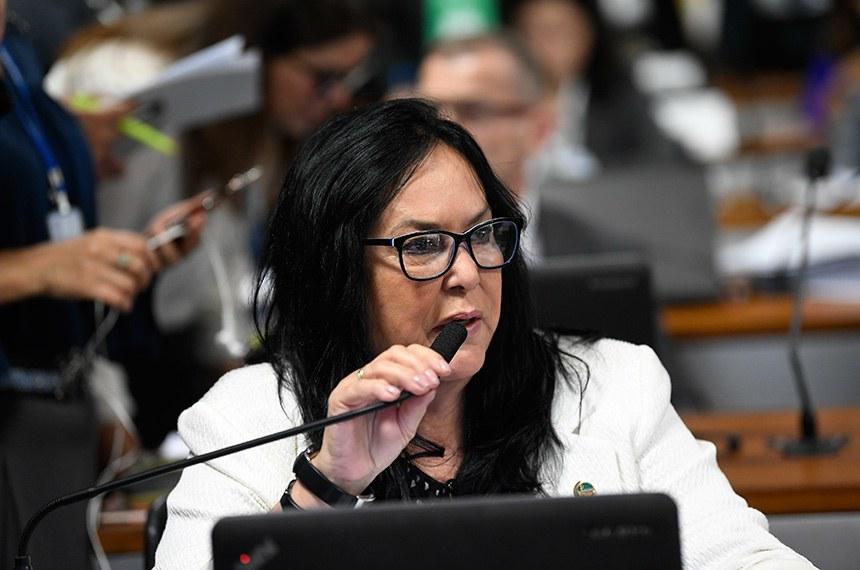 O projeto da senadora Rose de Freitas atualiza a Lei de Contravenções Penais e prevê a adoção de medidas previstas na Lei Maria da Penha, caso a vítima seja mulher
