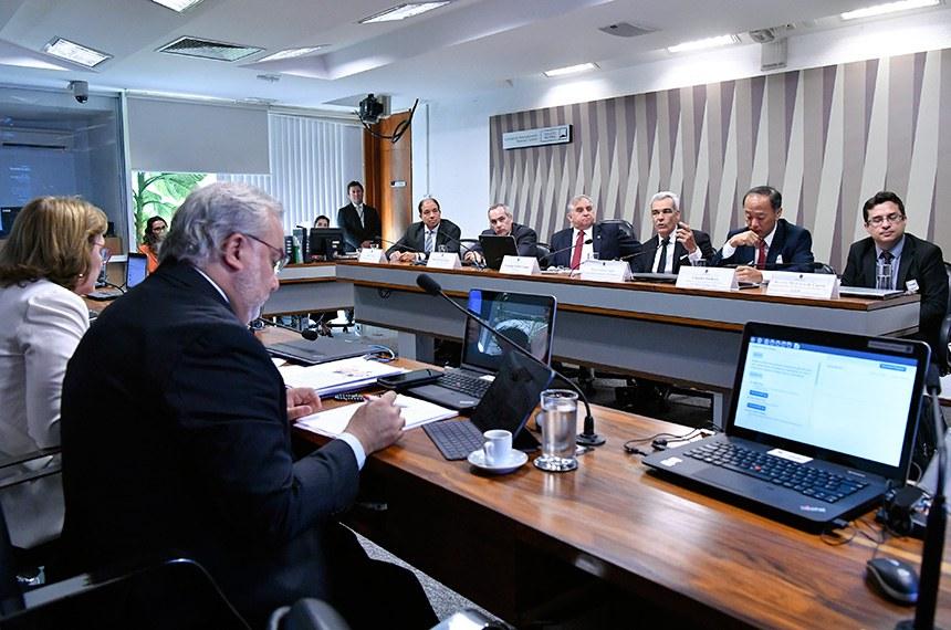 Comissão de Desenvolvimento Regional e Turismo (CDR) realiza audiência pública interativa para tratar sobre a política de preços dos combustíveis pela Petrobras, suas consequências na atração de investimentos em refino e infraestrutura logística e impacto para os consumidores.  Mesa: presidente executivo da Associação Brasileira dos Importadores de Combustíveis (Abicom), Sérgio Araujo; diretor-geral da Agência Nacional de Petróleo, Gás Natural e Biocombustíveis (ANP), Décio Fabricio Oddone; presidente da CDR, senador Izalci (PSDB-DF); gerente geral de marketing da Petrobrás, Flávio Santos Tojal; diretor do Departamento de Combustíveis Derivados do Petróleo do Ministério de Minas e Energia, Claudio Akio Ishihara; representante do Departamento de Assuntos Econômicos do Conselho Administrativo de Defesa Econômica (Cade), Ricardo Medeiros de Castro.  Bancada: senador Jean Paul Prates (PT-RN); senadora Zenaide Maia (Pros-RN).  Foto: Geraldo Magela/Agência Senado