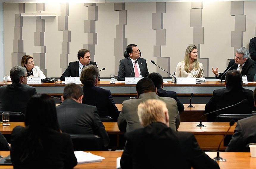 Comissão Mista da Medida Provisória (CMMPV) n° 881, de 2019, que institui a Declaração de Direitos de Liberdade Econômica, estabelece garantias de livre mercado, análise de impacto regulatório, e dá outras providências, realiza audiência pública interativa para tratar sobre a medida.  Mesa: relatora revisora da CMMPV 881/2019, senadora Soraya Thronicke (PSL-MS); secretário especial de Desburocratização, Gestão e Governo Digital do Ministério da Economia, Paulo Antonio Spencer Uebel; vice-presidente da CMMPV 881/2019, deputado Marco Bertaiolli (PSD-SP); diretora de Relações Institucionais da Associação Brasileira das Indústrias da Alimentação (Abia), Maria Beatriz Palatinus Milliet; vice-presidente da Associação Brasileira de Supermercados (Abras), Mauricio Antonio Ungari da Costa.  Foto: Jefferson Rudy/Agência Senado