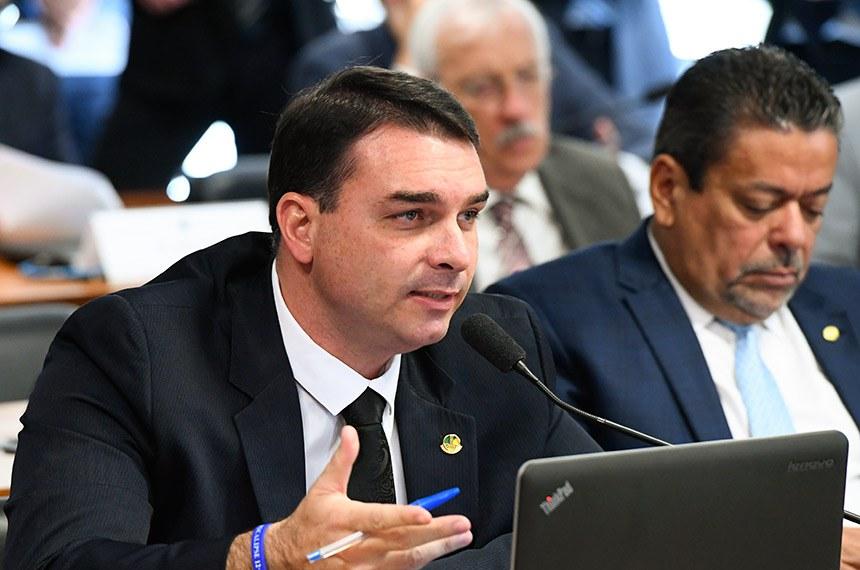 Comissão de Relações Exteriores e Defesa Nacional (CRE) realiza sabatina de indicado para exercer o cargo de diretor-geral da Agência Brasileira de Inteligência (Abin).  Em pronunciamento, à bancada, senador Flávio Bolsonaro (PSL-RJ).  Foto: Marcos Oliveira/Agência Senado