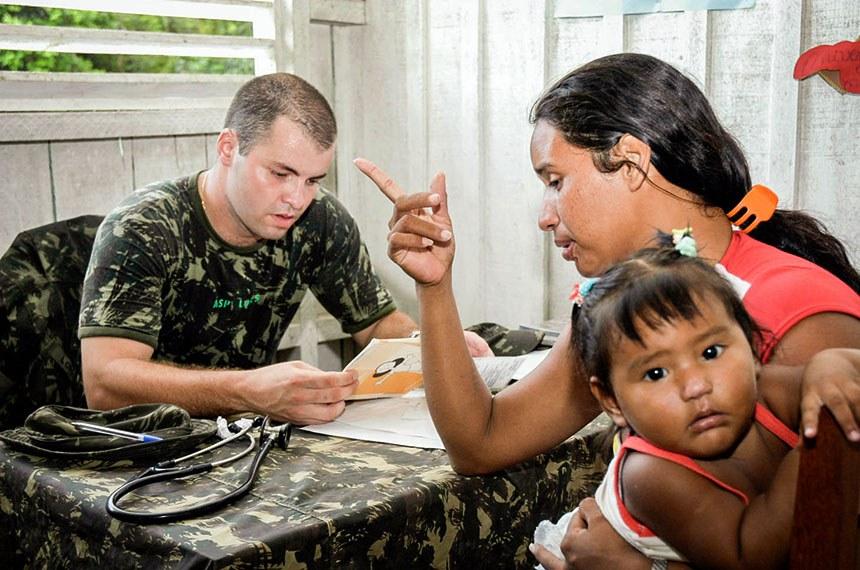 Militar presta atendimento na Amazônia: emenda constitucional permite também que militares estaduais acumulem cargos com funções de professor ou profissional da saúde