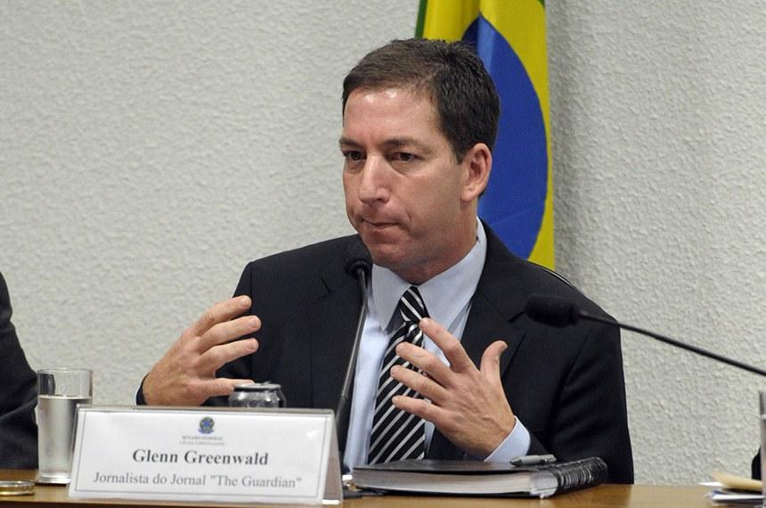 Jornalista norte-americano Glenn Greenwald em pronunciamento à mesa na sala de comissões do Senado Federal durante reunião da Comissão Parlamentar de Inquérito da Espionagem (CPIDAESP).   Audiência pública da CPI da Espionagem destinada a ouvir o jornalista e advogado norte-americano Glenn Greenwald e seu companheiro, o estudante brasileiro David Miranda. O jornalista é o autor das denúncias de espionagem feita pela Agência Nacional de Segurança (NSA, no acrônimo em inglês), que teria atingido inclusive a presidente Dilma Rousseff.