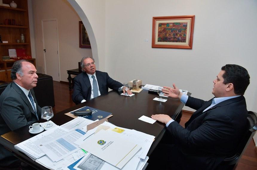 Presidente do Senado Federal, senador Davi Alcolumbre (DEM-AP), recebe o ministro da Economia, Paulo Guedes.   Participa:  senador Fernando Bezerra Coelho (MDB-PE).  Foto: Marcos Brandão/Senado Federal