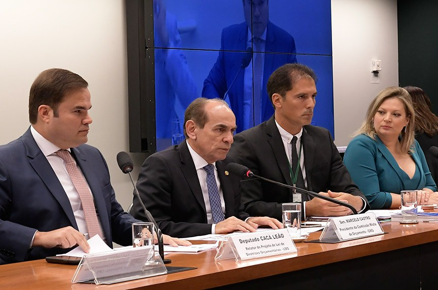 Comissão Mista de Planos, Orçamentos Públicos e Fiscalização (CMO) realiza reunião ordinária. Na pauta, apreciação do relatório preliminar ao PLN 5/2019, que trata da LDO de 2020.  Mesa: relator do Projeto de Lei de Diretrizes Orçamentárias (LDO), deputado Cacá Leão (PP-BA); presidente da CMO, senador Marcelo Castro (MDB-PI); secretário da CMO; líder do governo no Congresso Nacional, deputada Joice Hasselmann (PSL-SP).  Foto: Waldemir Barreto/Agência Senado