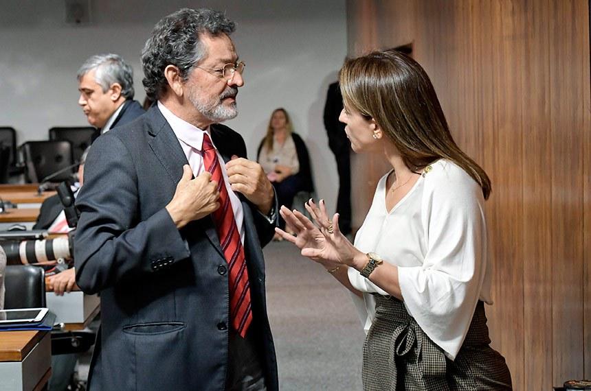 """Comissão de Direitos Humanos e Legislação Participativa (CDH) realiza audiência pública interativa para """"instruir o PLS 580/2015, que altera a lei nº 7.210, de 11 de julho de 1984 (Lei de Execução Penal), para estabelecer a obrigação de o preso ressarcir o Estado das despesas com a sua manutenção"""".   Senador Paulo Rocha (PT-PA) conversa com a senadora Soraya Thronicke (PSL-MS).  Foto: Waldemir Barreto/Agência Senado"""