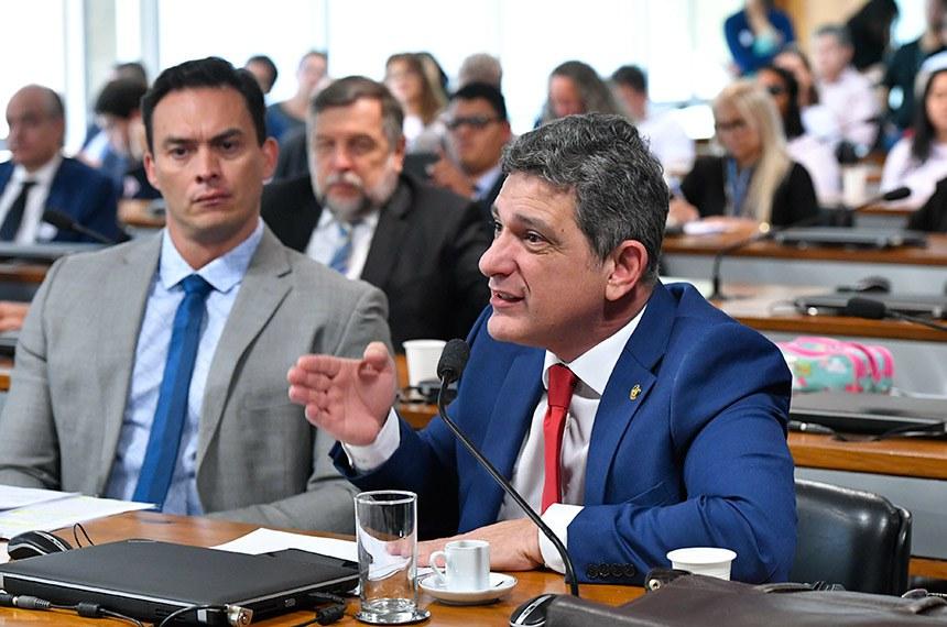 Comissão de Direitos Humanos e Legislação Participativa (CDH) realiza audiência pública interativa para debater o PL 1615/2019, que assegura à pessoa com visão monocular os mesmos direitos e benefícios previstos na legislação para a pessoa com deficiência. Entre os convidados estão representantes do Conselho Brasileiro de Oftalmologia e da Organização Nacional de Cegos do Brasil (ONCB).   Bancada: senador Styvenson Valentim (Podemos-RN); senador Rogério Carvalho Santos (PT-SE) - em pronunciamento.  Foto: Geraldo Magela/Agência Senado