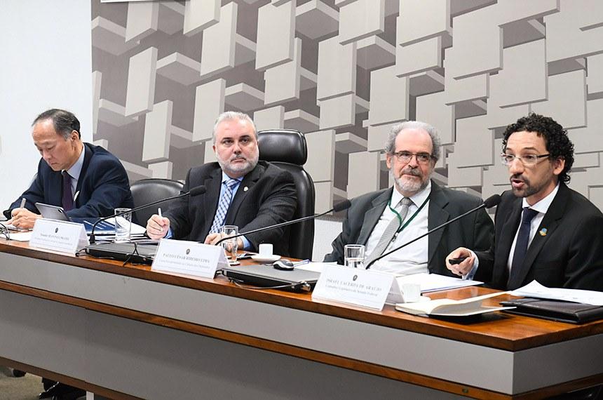 Comissão de Assuntos Econômicos (CAE) realiza audiência pública interativa para tratar sobre o Termo de Compromisso de Cessação de Prática, firmado entre o Conselho Administrativo de Defesa Econômica (Cade) e a Petrobras, envolvendo a venda de oito refinarias.  Mesa: diretor de Departamento de Combustíveis Derivados do Petróleo do Ministério de Minas e Energia, Claudio Akio Ishihara; presidente eventual da CAE, senador Jean Paul Prates (PT-RN); consultor aposentado da Câmara dos Deputados, Paulo César Ribeiro Lima; consultor Legislativo do Senado Federal, Israel Lacerda de Araújo. Claudio Akio Ishihara; senador Jean Paul Prates (PT-RN); Paulo César Ribeiro Lima; Israel Lacerda de Araújo   Foto: Marcos Oliveira/Agência Senado