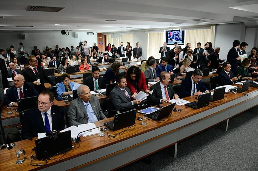 Comissão de Constituição, Justiça e Cidadania (CCJ) realiza reunião com 22 itens. Entre eles, o PLS 518/2018, que obriga empresas de telemarketing a manter gravação de chamadas telefônicas a clientes pelo prazo mínimo de 180 dias.  Bancada (E/D): senador Zequinha Marinho (PSC-PA);  senador Oriovisto Guimarães (Podemos-PR);  senador Marcos Rogério (DEM-RO);  senador Jorginho Mello (PL-SC);  senador Alessandro Vieira (PPS-SE);  senador Mecias de Jesus (PRB-RR);  senadora Leila Barros (PSB-DF); senador Lasier Martins (Podemos-RS); senadora Renilde Bulhões (Pros-AL);  senador Rodrigo Cunha (PSDB-AL); senador Humberto Costa (PT-PE); senador Roberto Rocha (PSDB-MA); senadora Juíza Selma (PSL-MT);   senadora Rose de Freitas (Podemos-ES).  Foto: Pedro França/Agência Senado