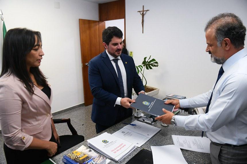 Senadores  Marcos do Val (Cidadania-ES) e Eliziane Gama (Cidadania-MA) entregam relatório do PL 1864/2019 anticrime na Comissão de Constituição, Justiça e Cidadania (CCJ).   Foto: Marcos Oliveira/Agência Senado