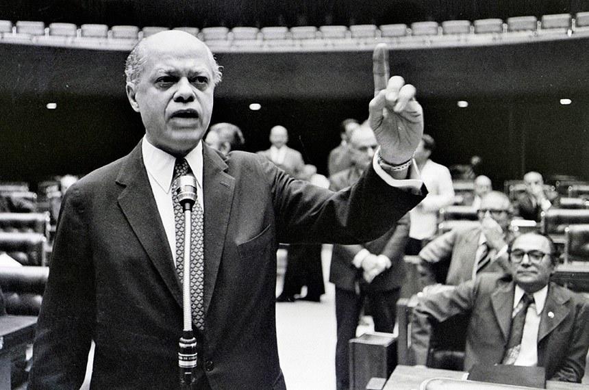Congresso Nacional, em 15 de junho de 1977, os políticos estavam tão divididos quanto a população. Os congressistas das capitais, onde ocorriam os maiores índices de desquites e separações, votaram por seus eleitores pró-divórcio. A emenda foi aprovada por 219 votos a favor e 161 contra na Câmara dos Deputados e 32 votos favoráveis contra 24 no Senado. Pelo regimento da época houve uma segunda votação, em 23 de junho, na Câmara dos Deputados e o resultado de 226 votos a favor e 159 contra assegurou a vitória do projeto de regulamentação do divórcio no Brasil.  Em pronunciamento, senador Nelson Carneiro (MDB-RJ), autor do projeto de emenda constitucional , que introduz o divórcio no Brasil, discursa no Congresso durante a votação.