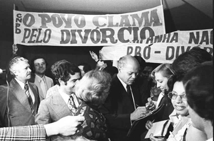 Bandeira política. Em Brasília, no Congresso, o senador Nelson Carneiro recebe apoio ao divórcio, que seria sancionado por Geisel.