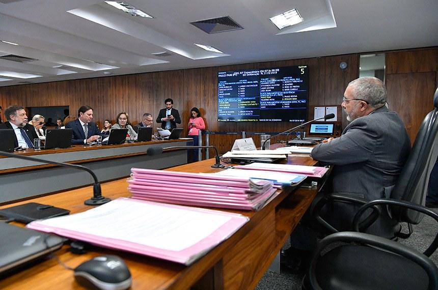 Comissão de Direitos Humanos e Legislação Participativa (CDH) realiza reunião com 25 itens. Entre eles, o PLS 195/2011, que obriga autoescolas a disponibilizar veículo adaptado para pessoas com deficiência.  À mesa, presidente da CDH, senador Paulo Paim (PT-RS), conduz reunião.  Bancada: senador Flávio Arns (Rede-PR); senador Acir Gurgacz (PDT-RO); senadora Zenaide Maia (Pros-RN); senador Fabiano Contarato (Rede-ES).  Foto: Geraldo Magela/Agência Senado