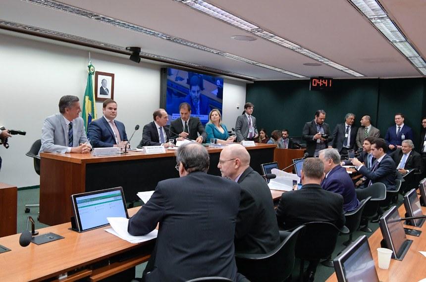 Comissão Mista de Planos, Orçamentos Públicos e Fiscalização (CMO) realiza reunião ordinária. Na pauta, apreciação do relatório preliminar ao PLN 5/2019, que trata da LDO de 2020.  Mesa: relator do Projeto de Lei de Diretrizes Orçamentárias (LDO), deputado Cacá Leão (PP-BA); presidente da CMO, senador Marcelo Castro (MDB-PI); líder do governo no Congresso Nacional; deputada Joice Hasselmann (PSL-SP); secretário da CMO.  Foto: Waldemir Barreto/Agência Senado