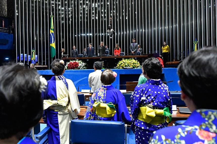 Plenário do Senado Federal durante sessão especial destinada a comemorar os 111 anos da Imigração Japonesa no Brasil.  Em posição de respeito, parlamentares e convidados acompanham execução do Hino Nacional Brasileiro.  Mesa: presidente da Federação das Associações Nipo-Brasileiras do Centro-Oeste (Feanbra), Luiz Nishikawa; embaixador do Japão no Brasil, Akira Yamada; presidente e requerente da sessão, senadora Leila Barros (PSB-DF); diretora do Departamento de Japão e Pacífico, da Secretaria de Negociações Bilaterais na Ásia, Oceania e Rússia do Ministério de Relações Exteriores, ministra Cecília Kiku Ishitani; representante-chefe do escritório da Japan International Cooperation Agency (Jica), Hiroshi Sato.  Foto: Geraldo Magela/Agência Senado