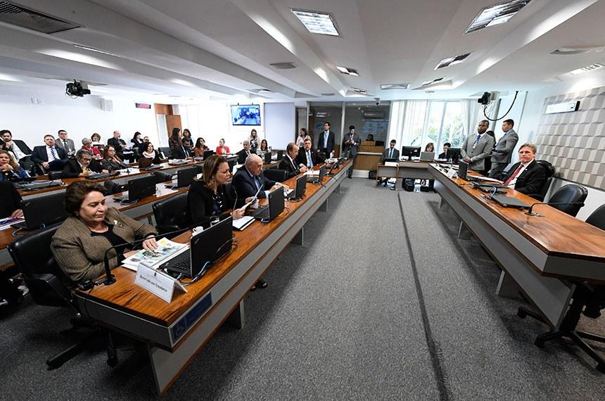 Comissão de Educação, Cultura e Esporte (CE) realiza reunião deliberativa com 14 itens. Entre eles, o PLS 302/2017, que isenta premiações artísticas do Imposto de Renda.  À mesa, presidente da CE, senador Dário Berger (MDB-SC).  Bancada:   senadora Renilde Bulhões (Pros-AL); senadora Leila Barros (PSB-DF), em pronunciamento; senador Lasier Martins (Podemos-RS); senador Jorginho Mello (PL-SC); senador Flávio Arns (Rede-PR).  Foto: Edilson Rodrigues/Agência Senado