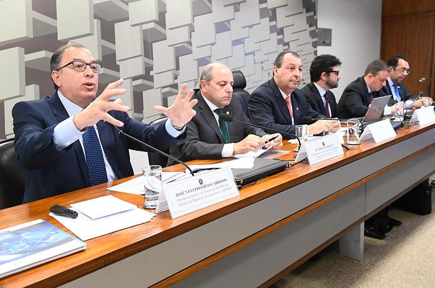 Comissão de Assuntos Econômicos (CAE) realiza audiência pública interativa para tratar sobre normas de redução tributária para bens de capital e informática, com a participação, entre outros, de representantes das indústrias elétrica e eletrônica; de máquinas e equipamentos; e da Positivo S/A.  Mesa: presidente-executivo da Associação Brasileira da Indústria de Máquinas e Equipamentos (Abimaq), José Velloso Dias Cardoso; presidente-executivo da Associação Brasileira da Indústria Elétrica e Eletrônica (Abinee), Humberto Barbato; presidente da CAE, senador Omar Aziz (PSD-AM); diretor de relações governamentais da Positivo S/A, José Goutier Rodrigues; diretor de estratégias corporativas da WEG S/A, Daniel Marteleto Godinho; presidente da Associação Nacional de Fabricantes de Produtos Eletroeletrônicos, José Jorge do Nascimento Júnior.  Foto: Marcos Oliveira/Agência Senado